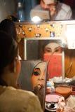 Dans le des coulisses d'un opéra chinois, les acteurs finissent de s'habiller et Photographie stock libre de droits