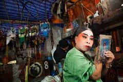 Dans le des coulisses d'un opéra chinois, les acteurs finissent de s'habiller et Photographie stock