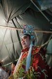 Dans le des coulisses d'un opéra chinois, les acteurs finissent de s'habiller et Images libres de droits