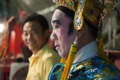 Dans le des coulisses d'un opéra chinois, les acteurs finissent de s'habiller et Photos stock