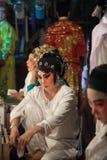 Dans le des coulisses d'un opéra chinois, les acteurs finissent de s'habiller et Image stock