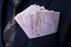 Dans le ` des hommes s adapte à l'euro 500 Paiement illicite et corruption avec d'euro billets de banque Image libre de droits