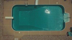 Dans le dessus au sol de piscine en bas de la vue avec de l'eau scintillement banque de vidéos