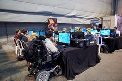 Dans le fauteuil roulant concurrençant dans le tournoi d'ordinateur Photo libre de droits