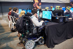 Dans le fauteuil roulant concurrençant dans le tournoi d'ordinateur Images libres de droits