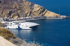 Dans le ferry-boat de blanc de Santorini Photo stock