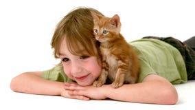 Dans le garçon de mouvement lent avec le chaton banque de vidéos