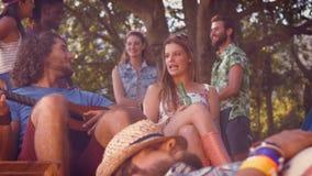 Dans le hippie beau de format de haute qualité détendant sur le terrain de camping clips vidéos