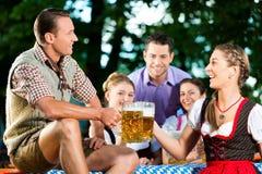Dans le jardin de bière - amis buvant de la bière Image stock