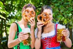 Dans le jardin de bière - amis buvant de la bière en Bavière Photo stock
