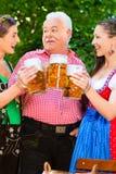 Dans le jardin de bière - amis buvant de la bière en Bavière Images libres de droits