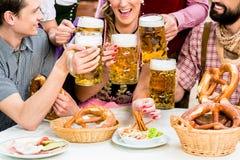 Dans le jardin de bière - amis buvant de la bière en Bavière Image stock