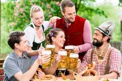 Dans le jardin de bière - amis buvant de la bière en Bavière Photographie stock