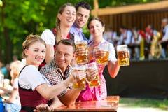 Dans le jardin de bière - amis devant la bande Photos libres de droits