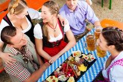 Dans le jardin de bière - amis sur une table avec de la bière Photos libres de droits