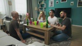 Dans le jeu d'amis de salon qui suis moi bi?re de jeu et de boissons banque de vidéos