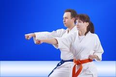 Dans le karategi les couples forment le bras de poinçon Photo libre de droits
