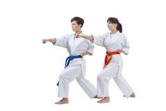 Dans le karategi les sportives battent le bras de poinçon Photo libre de droits