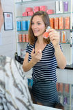Dans le magasin de produits de beauté Photos libres de droits