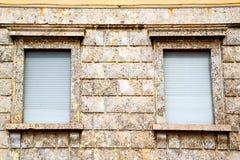 dans le mur d'abat-jour vénitiens de l'Europe Italie Milan Photos stock