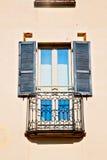 dans le mur de vieille architecture et d'abat-jour vénitiens Photographie stock