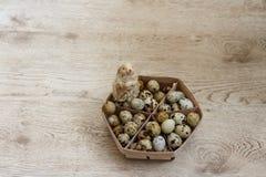 Dans le panier il y a beaucoup d'oeufs de caille, il est sur la table, et Photographie stock libre de droits