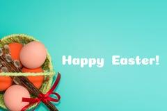 Dans le panier a peint des oeufs sur un fond de turquoise Concept heureux de Pâques photos stock