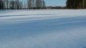 Dans le petit vol de bourdon de stade d'hiver par la porte du football banque de vidéos