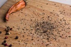 Dans le poivre moulu et les pois de hachoir de cuisine Photos stock