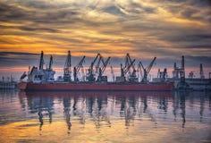 Dans le port au coucher du soleil Photo stock