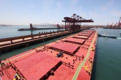 Dans le port chinois des transporteurs de minerai de Qingdao Images libres de droits