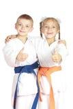 Dans le pouce d'exposition d'athlètes de karategi superbe Photographie stock libre de droits