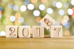 2018 dans le premier plan, déplace 2017 Carte de Noël Sur le fond lumineux de bokeh photos libres de droits