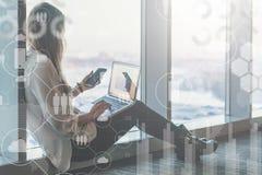 Dans le premier plan il y a les icônes virtuelles avec des nuages, les gens, instruments Medias sociaux Fille blogging images libres de droits