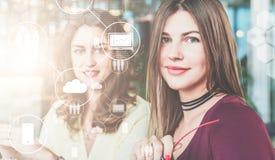 Dans le premier plan il y a les icônes virtuelles avec la photo des nuages, des personnes et des instruments numériques Medias so Photographie stock libre de droits
