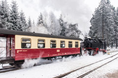Dans le premier plan le chemin de fer de Brocken Horizontal de l'hiver Images stock