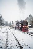 Dans le premier plan le chemin de fer de Brocken Horizontal de l'hiver Photos stock