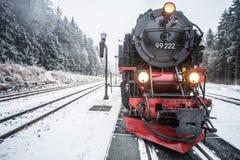 Dans le premier plan le chemin de fer de Brocken Horizontal de l'hiver Photos libres de droits
