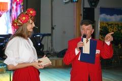 Dans le style ukrainien Belle animatrice d'actrice de fille dans le costume et le Prokhorov ukrainiens nationaux Sergey - comique Photographie stock libre de droits