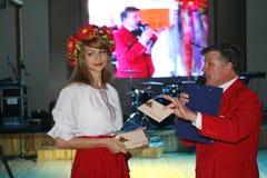 Dans le style ukrainien Belle animatrice d'actrice de fille dans le costume et le Prokhorov ukrainiens nationaux Sergey - comique Photos stock