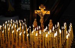 Dans le temple de chrétien les bougies sont lit_2 photographie stock