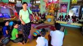 Dans le temple de Taung Kalat, montez Popa, Myanmar banque de vidéos