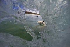 Dans le tube de vague images stock