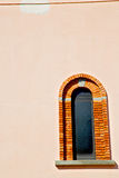 dans le vieux mur d'abat-jour vénitiens de l'Europe Italie Image libre de droits