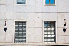 dans le vieux mur d'abat-jour vénitiens de l'Europe Milan Image libre de droits