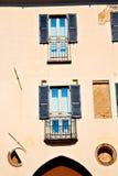 dans le vieux mur d'abat-jour vénitiens de l'Europe Milan Images libres de droits