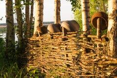 Dans le village sur une vieille barrière des branches accrochez les pots et les pots images libres de droits
