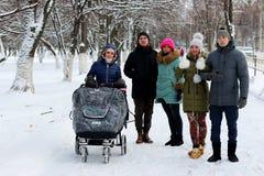 Dans les amis d'hiver avec une poussette Photos libres de droits