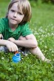 Dans les bulles de soufflement d'herbe Photo stock
