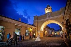 Dans les coulisses tirant une jeune mariée la nuit dehors Image libre de droits